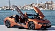 BMW i8 Roadster ยนตรกรรมสปอร์ตคาร์สุดล้ำที่เพิ่มความโดนใจให้กับนักขับด้วยหลังคาเปิดประทุนที่สามารถเปิด-ปิดได้ด้วยระบบไฟฟ้า โดยถูกออกแบบให้เปิดและปิดหลังคาได้ภายใน 15 วินาที เท่านั้นที่ความเร็วสูงสุดไม่เกิน 50 กม./ชม. - 1