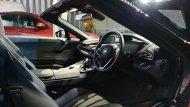 BMW i8 Roadster ได้รับการตกแต่งภายในอย่างประณีตด้วยโทนสีดำและวัสดุ Dry Carbon คอนโซลหน้าบุด้วยหนังสีดำพร้อมเย็บเก็บตะเข็บด้วยด้ายสีขาวคาดด้วยแถบสีส้ม แผงประตูทั้งสองข้างตกแต่งด้วยวัสดุสีเทา-ดำคาดด้วยแถบสีส้ม  - 5