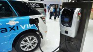BYD E6 มาพร้อมกับชุดอุปกรณ์ชาร์จไฟที่มีให้ถึง 2 รูปแบบ ได้แก่ แบบ 7 kW ใช้สำหรับระบบไฟแบบเฟสเดียวสามารถชาร์จประจุไฟจนเต็มได้ภายในระยะเวลา 11.5 ชั่วโมง และ ที่ชาร์จแบบ 40 kW ที่ใช้ระบบไฟแบบ 3 เฟส ด้วยแรงดันไฟประมาณ 380-400 โวลต์  - 7