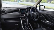 Nissan Livina ได้รับการตกแต่งภายในมาอย่างประณีตผ่านเฉดสีภายในโทนสีดำ คอนโซลหน้าตกแต่งด้วยสีดำ ส่วนแผงประตูมีการตกแต่งด้วยวัสดุสีดำพร้อมแถบโครเมียม มือจับประตูภายในสีโครเมียม  - 3