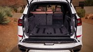 BMW X5 เพิ่มพื้นที่จัดเก็บสัมภาระด้านหลังให้สามารถรองรับการบรรทุกสัมภาระได้สูงสุดถึง 1,870 ลิตร และเพิ่มสุนทรียภาพในทุกการเดินทางด้วยหลังคาซันรูฟแบบ Panorama เปิด-ปิดได้ด้วยระบบไฟฟ้า - 7
