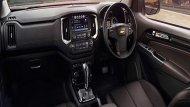 Chevrolet Colorado High Country ได้รับการตกแต่งภายในอย่างประณีตด้วยวัสดุหนัง โดยเบาะนั่งทั้ง 4 ที่นั่งมีการหุ้มหนังเกรดพรีเมี่ยม ส่วนคอนโซลด้านหน้าก็ได้มีการติดตั้งปุ่มสั่งการต่างๆเอาไว้ให้อยู่ในระดับที่สามารถใช้งานได้อย่างสะดวก  - 5