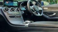 Mercedes Benz C-Class ได้รับการตกแต่งภายในอย่างประณีตผ่านการติดตั้งเบาะนั่งหุ้มด้วยหนังแบบสปอร์ต เบาะนั่งคู่หน้าปรับระดับด้วยไฟฟ้าพร้อมบันทึกความจำสำหรับตำแหน่งที่นั่งพวงมาลัยและกระจกมองข้าง ส่วนเบาะนั่งด้านหลังสามารถปรับพับได้แบบ1/3 และ 2/3  - 4
