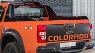 ด้านหลัง Chevrolet Colorado ได้รับการติดตั้งกันชนท้ายแบบโครเมียมพร้อมไฟท้ายแบบ LED ส่วนช่วงล่างได้รับการติดตั้งล้ออัลลอยขนาด 18 นิ้ว พร้อมยางขนาด 265/60 R18  - 2
