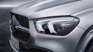 Mercedes-Benz GLE 2019 รถเอสยูวีรุ่นเรือธงจากเบนซ์ได้รับการติดตั้งไฟหน้าแบบ LED พร้อมไฟส่องสว่างสำหรับการขับขี่กลางวัน Daytime Running lights แบบคู่พร้อมระบบปรับไฟหน้าสูง-ต่ำอัตโนมัติ และ ฟังก์ชั่นไฟหน้าหักเหตามองศาการหักเลี้ยวของพวงมาลัย  - 3