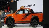 Chevrolet Colorado เพิ่มความโดดเด่นด้วยซุ้มล้อขนาดใหญ่ผนวกกับมือจับประตูภายนอกสีโครเมียม ติดตั้งราวหลังคาเสริมมาให้เพื่อการบรรทุกสัมภาระเพิ่มเติม และ กระจกมองข้างพร้อมไฟเลี้ยวในตัวปรับพับได้ด้วยไฟฟ้า - 4