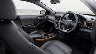 Hyundai Ioniq Electric ได้รับการตกแต่งภายในอย่างพิถีพิถันด้วยเฉดสีภายในโทนสีดำพร้อมวัสดุตกแต่งภายในโทนสีทองแดง เบาะนั่งหุ้มด้วยหนัง โดยเบาะนั่งคนขับปรับไฟฟ้าได้ 8 ทิศทางและยังได้รับการติดตั้งระบบ Easy Access - 5
