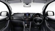 Mazda BT-50 Pro Double Cab ตกแต่งภายในอย่างประณีต โดยเบาะนั่งฝั่งคนขับสามารถปรับได้ 4 ทิศทางพร้อมระบบผลักดันหลัง Lumbar Support เบาะนั่งผู้โดยสารด้านหน้าสามารถปรับเอนได้และพนักพิงศีรษะปรับสูง-ต่ำได้  - 4