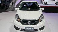 Honda Brio ตอบโจทย์รถอีโคคาร์ 5 ประตูสุดหรูมาพร้อมกับการติดตั้งไฟหน้าแบบมัลติรีเฟลกเตอร์ที่สามารถให้แสงสว่างได้อย่างคมชัดพร้อมกระจังหน้าแบบดำเงา กันชนหน้าและหลังสีเดียวกับตัวรถ  - 2