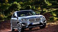 BMW X1 รุ่นปรับโฉมใหม่มาพร้อมมาสดใหม่ที่หรูหราด้วยกระจังหน้าไตคู่แบบชิ้นเดียวขนาดใหญ่ที่ทั้ง 2 ส่วนของกระจังเชื่อมต่อกันเหมือนกับที่ BMW ใช้ในรถรุ่นใหม่ๆ  - 1