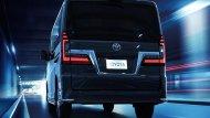 ด้านหลัง Toyota Granvia 2020 ติดตั้งสปอยเลอร์หลังทรงสปอร์ตและไฟเบรกดวงที่ 3 แบบ LED ส่วนช่วงล่างเป็นแบบ Four Link และยังติดตั้งล้ออัลลอยแบบสปอร์ตอีกด้วย - 9