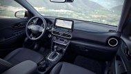 ภายใน Hyundai Kona Hybrid 2019 ได้รับการออกแบบอย่างพิถีพิถันด้วยเฉดสีตกแต่งภายในโทนสีดำ เบาะนั่งหุ้มด้วยหนังแท้เดินตะเข็บด้วยด้ายสีขาว ช่องแอร์ตกแต่งด้วยกรอบโครเมียม คอนโซลหน้าได้รับการตกแต่งด้วยวัสดุสีดำ  - 6