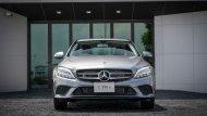 Mercedes-Benz C 300 e Avantgarde ติดตั้งกระจังหน้าสีเงินโครเมียมพร้อมสัญลักษณ์เมอร์เซเดส-เบนซ์ ช่วงล่างได้รับการติดตั้งล้ออัลลอยแบบ 5 ก้านคู่ ขนาด 18 นิ้ว และไฟหน้าแบบ LED High Performance - 3