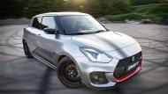 Suzuki Swift Sport Katana 2019 เติมเต็มทุกความประทับใจผ่านการตกแต่งบริเวณฝากระโปรงหน้าด้วยลายกราฟิกผสานกับการติดตั้งฟิล์มดำที่กระจกส่งผลให้ดูมีความเข้มมากยิ่งขึ้น และ เสาอากาศแบบครีบฉลาม - 5