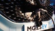 หัวชาร์จแบบ Type-II และ หัวชาร์จแบบ Quick Charge ซ่อนอยู่บริเวณ สัญลักษณ์ MG บนกระจังหน้ารถ - 6