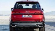 ด้านหลัง Audi Q7 2020 ได้รับการปรับเพิ่มไฟท้ายแบบ LED เสริมด้วยการติดตั้งแถบโครเมียมบริเวณประตูท้าย ดิฟฟิวเซอร์สีเทา ท่อไอเสียแบบคู่ตกแต่งปลายท่อด้วยวัสดุโครเมียม และ ไฟเบรกดวงที่ 3 แบบ LED  - 5