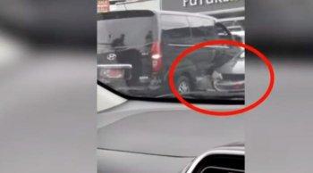 รถตู้ป้ายแดง ขับถอยหลังออกซอง ขูดเก๋งด้านข้างเสียหาย พร้อมขับหนี วอนชาวเน็ตช่วยกันตามหา!