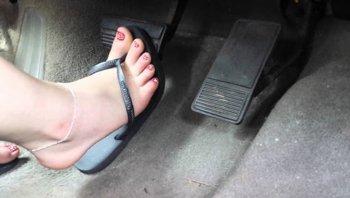 ใส่รองเท้าแตะขับรถผิดกฎหมาย จริงหรือไม่?!?