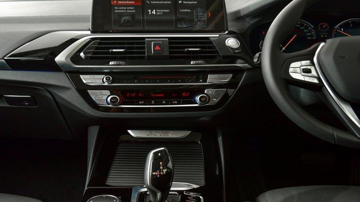 ภายใน BMW X3 xDrive 20d xLine 2018 ถูกตกแต่งอย่างหรูหราพร้อมฟังก์ชั่นอำนวยความสะดวกครบครัน เสริมด้วยนวัตกรรมหน้าจอ iDrive ขนาด 10.25 นิ้ว สามารถสังการด้วยระบบสัมผัส และ ท่าทางได้