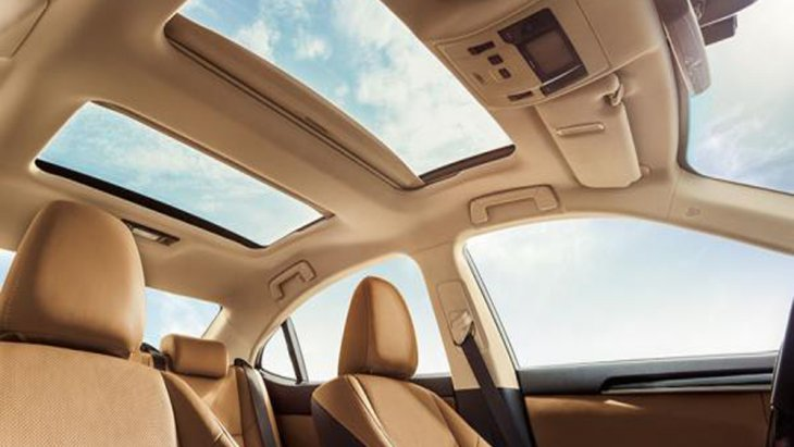 Lexus ES 2018 ติดตั้งหลังคาซันรูฟจำนวน 2 ตำแหน่งทั้งในด้านหน้า และ ด้านหลัง เปิด-ปิดด้วยระบบไฟฟ้า