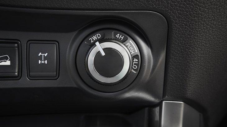 ล้ำหน้าด้วยสวิตซ์ปรับโหมดการขับขี่ทั้งในแบบขับเคลื่อนสองล้อ 2WD , 4H ใช้สำหรับเส้นทางขรุขระ และ 4L0 สำหรับเส้นทางทุรกันดารในแบบออฟโรด