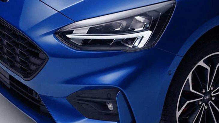 ส่วนด้านท้าย Ford Focus 2018 ให้ความสปอร์ตสุดโดนใจด้วยไฟท้ายแบบ LED แนวนอน ฝาปิดกระโปรงท้ายมาพร้อมสัญลักษณ์ Ford Focus และ สปอยเลอร์หลังแนวสปอร์ต