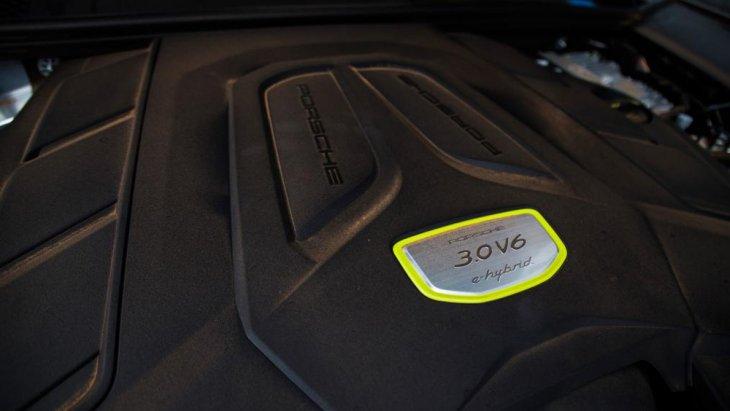 สำหรับผู้ที่สนใจ Porsche Cayenne E-Hybrid 2018 ชาวไทยยังไม่มีแผนการนำเข้ามาทำตลาดภายในประเทศ โดยมีราคาจำหน่ายในตลาดสหรัฐอยู่ที่ 79,900 ดอลลาร์ หรือราว 2,500,000 บาท