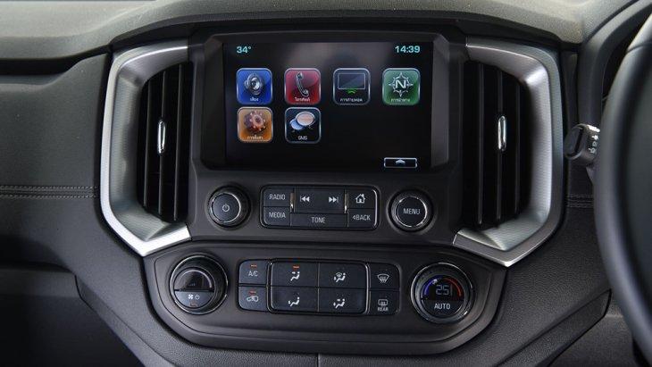 Chevrolet Trailblazer Z71ให้การปกป้องถึงขีดสุดด้วยระบบแจ้งเตือนจุดอับสายตา Side Blind Zone Alert ระบบตรวจวัดและแจ้งเตือนแรงดันลมยาง Tire Pressure Measuring System และ ระบบแจ้งเตือนการจราจรด้านหลังขณะถอยรถ Rear Cross Traffic Alert