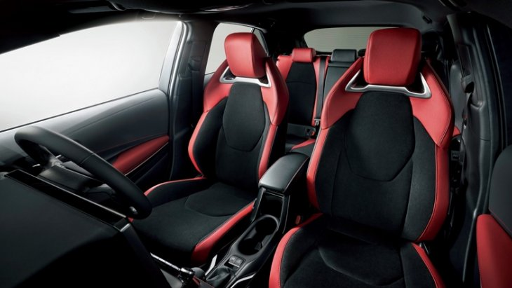 ภายในห้องโดยสารเน้นความสปอร์ตและปรับปรุงให้ทันสมัย Toyota Corolla Sport 2018 ประกอบด้วยเบาะนั่งกึ่งบักเก็คซีท