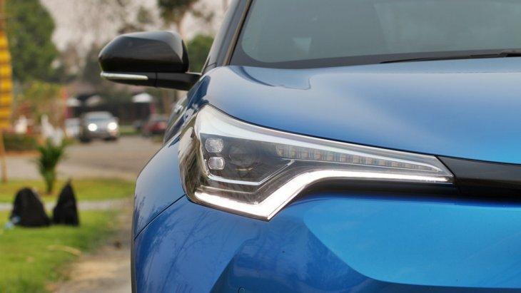 Toyota C-HR 2018 โดดเด่นด้วยไฟหน้าโปรเจคเตอร์แบบ Full LED ที่พ่วงมากับไฟส่องสว่างสำหรับการกลางวันแบบ LED กระจกมองข้างพร้อมไฟเลี้ยวแบบ LED