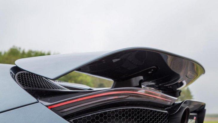 หากมองจากล่างขึ้นบนะเห็นได้ว่า สปอยเลอร์นั้นมีการยกระดับที่สูงแต่ไม่ได้เชิดจนเกินไป ทำให้รถมีดีเทลที่สวยงาม
