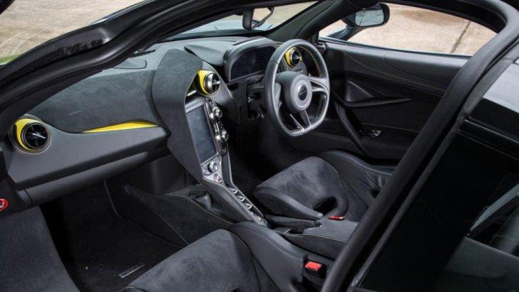 ดีไซน์ภายในรถที่ยังคงความสปอร์ต องศาการจัดวางแผงอุปกรณ์และปุ่มสควบคุมให้หันเข้าหาผู้ขับทั้งหมด เพื่อให้การใช้งานสะดวกมากขึ้น