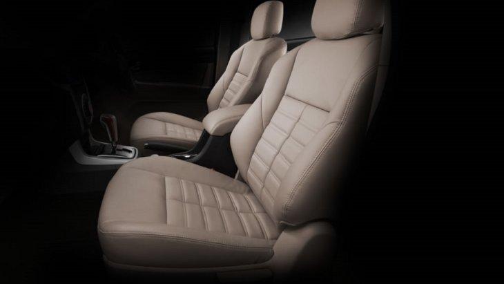 เบาะนั่งหุ้มด้วยวัสดุกึ่งหนังแท้ดีไซน์ใหม่ Sport Cut ที่ออกแบบมาเพื่อให้โอมกระชับรับกับสระของผู้ขับขี่และผู้โดยสาร เพื่อให้นั่งสบายตลอดการเดินทาง