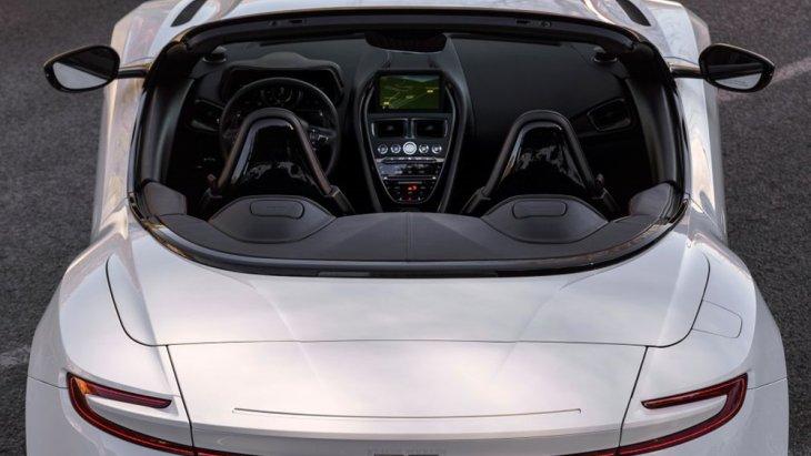 ภาพถ่ายจากด้านบนของ  Aston Martin DB11 Volante ให้ความรู้สึกว่าเป็นรถที่น่านั่ง อีกหนึ่งรุ่น