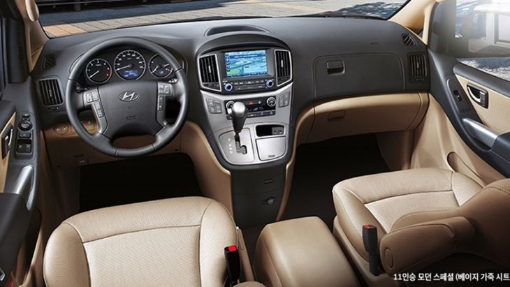 ในส่วนของแผงหน้าปัดนั้น น่าจะเป็นส่วนที่ถูกปรับเปลี่ยนน้อยที่สุด เพราะกลัวว่า แฟนของ  Hyundai Grand Straex  H1 จะเกิดความสับสนในการใช้งาน ดังนั้น จึงเลือกที่จะคงความดั้งเดิมเอาไว้ เพื่อให้ใช้งานได้ง่าย