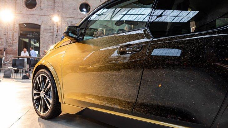 ทั้งนี้ความพิเศษภายนอกของ BMW i8 STARLIGHT Edition และ BMW i3 STARLIGHT Edition อยู่ที่การเล่นกับงานสีตัวถัง เป็นงานฝีมือพ่นด้วยละอองทองคำแท้ความบริสุทธิ์สูงสุด 24 กะรัต ลงบนผิวตัวถังหลักสีดำที่ให้ความเงาลึกเป็นพิเศษ