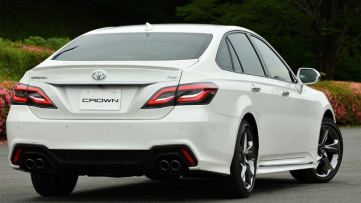 Toyota Crown 2018 มีเวอร์ชั่นสปอร์ตอย่าง Athlete แต่เป็นเพียงแค่สปอร์ตในระดับการตกแต่งภายใต้ดีไซน์ที่ค่อนข้างอนุรักษ์นิยมเข้มข้นและค่อย ๆ จางลงเรื่อยมาจนถึงเจเนอเรชั่นล่าสุดที่ฉีกสไตล์ความเป็น Toyota Crown ดั้งเดิมทิ้งเหลือไว้เพียงแค่ชื่อเท่านั้น
