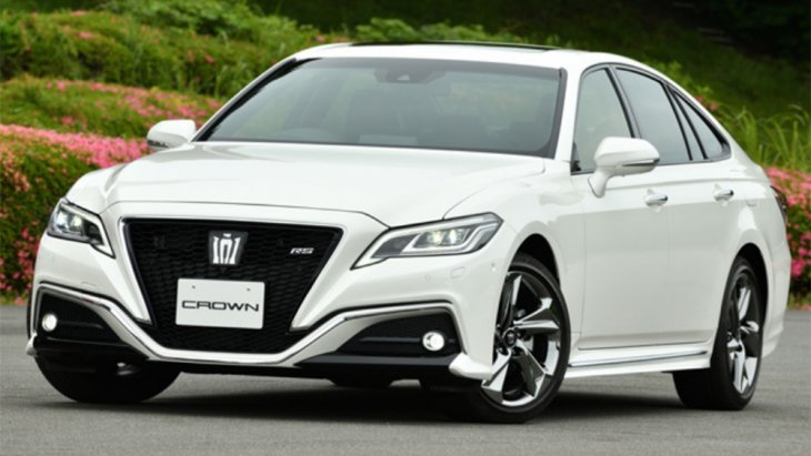 Toyota Crown รถยนต์ศักดิ์สูงสุดของ Toyota ถ้าไม่นับ Toyota Century ซึ่งในอดีตแบรนด์หรูอย่าง Lexus เองก็ยังไม่ได้รับการยอมรับว่าศักดิ์ศรีเหนือกว่าตราสินเก่าแก่อย่าง Crown Majesta