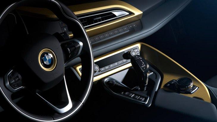 ส่วนภายในก็มีการใช้สีทองตกแต่งในบางจุด เช่น พื้นใต้โลโก้ BMW บนพวงมาลัย กรอบช่องแอร์และคอนโซลกลางรอบฐานเกียร์ ป้ายทองคำแกะชื่อรุ่นพิเศษ BMW  STARLIGHT Edition one of one (มีรุ่นละคันเดียว)