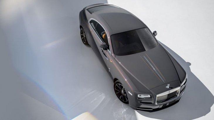 Rolls-Royce Wraith Luminary Collection 2018 ได้รับการออกแบบด้วยนวัตกรรมชั้นสูงจาก Rolls-Royce ให้รูปทรงที่หรูหราเกินกว่าคำบรรยายภายนอกมากับสีเทา Sunburst Grey เมื่อสะท้อนกับแดดจะทำให้เกิดประกายสีทองแดงเข้มแลดูสวยงามจับตา