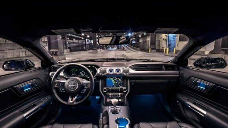ขุมพลังของ Ford Mustang Bullitt 2019 แน่นอนว่าทรงพลังกว่าเครื่องยนต์ วี 8 สูบ ขนาดความจุ 6.4 ลิตร (390 cu in) 340 แรงม้า