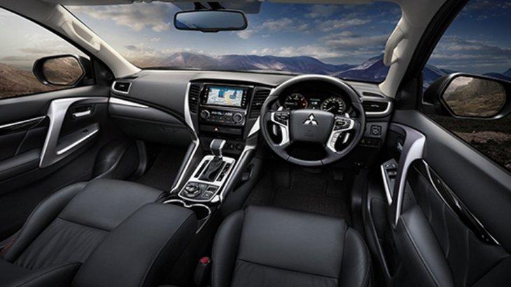 Mitsubishi Pajero Sport GT Premium ให้ความสะดุดตาด้วยเบาะนั่งหุ้มด้วยวัสดุหนังสังเคราะห์ โดยเบาะนั่งด้านหน้าสามารถปรับระดับได้ 8 ทิศทางผ่านระบบไฟฟ้า