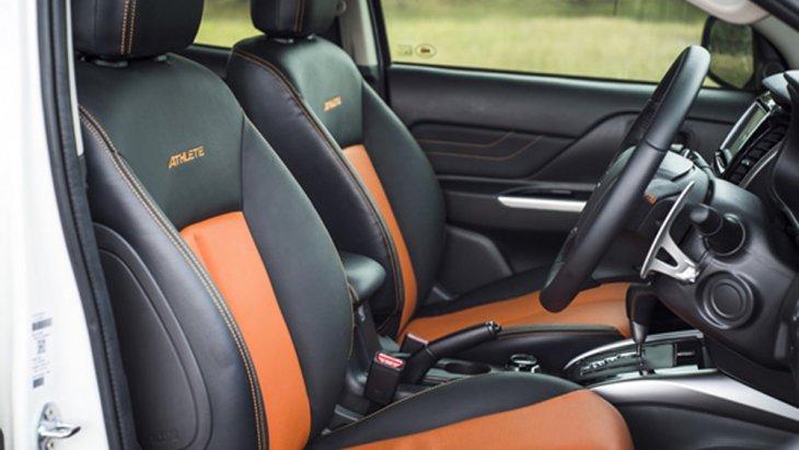 Mitsubishi Triton Athlete ได้รับการตกแต่งภายในอย่างดีเยี่ยมด้วยเบาะนั่งสีส้มทูโทนพร้อมเดินตะเข็บด้ายสีส้ม