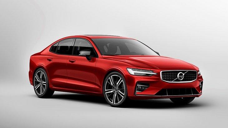 จากมุมไฟหน้าของ Volvo V60 ปี 2018 โฉมใหม่ จะเห็นได้ว่า Volvo เลี่ยงที่จะไม่ลากเส้นยาวต่อเนื่องเป็นระนาบเดียวไปจนถึงท้ายรถ