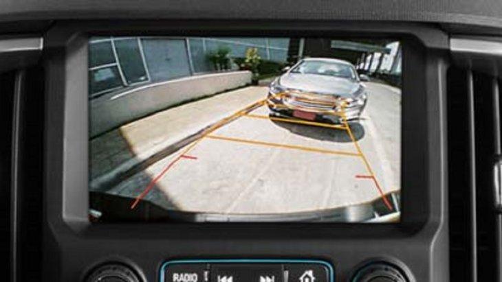 กล้องแสดงภาพด้านหลังขณะถอยรถ เมื่อเกียร์อยู่ในตำแหน่ง R ภาพมุมกว้างบริเวณด้านหลังรถ พร้อมเส้นกะระยะจะปรากฏบนจอภาพแบบเรียลไทม์