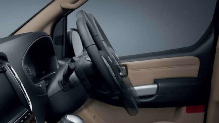 พวงมาลัยสามารถปรับระดับสูง-ต่ำ, เข้า-ออก ได้ตามสรีระของผู้ขับขี่ และยังมาพร้อมกับปุ่มควบคุมเครื่องเสียงและการรับ-วางสายโทรศัพท์