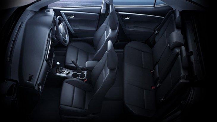 Toyota Corolla Altis 2018 เพิ่มความสะดุดตาด้วยเบาะนั่งตกแต่งด้วยวัสดุหนังสีดำ โดยเบาะนั่งฝั่งคนขับสามารถปรับระดับได้ 8 ทิศทาง พร้อมปุ่มปรับดันหลังแบบไฟฟ้า