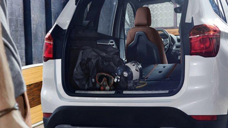 BMW X1 2018 ให้ความสะดวกสบายด้วยการดีไซน์เพิ่มพื้นที่จัดเก็บสัมภาระด้านหลังให้มีขนาดใหญ่มากยิ่งขึ้น เสริมด้วยการติดตั้งระบบประตูท้ายเปิด-ปิด ด้วยระบบไฟฟ้า