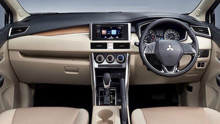 ภายใน Mitsubishi Xpander 2018 ได้รับการตกแต่งอย่างประณีตเรียบหรูดูโดดเด่นมากยิ่งขึ้นด้วยสีภายในห้องโดยสารที่มีให้ผู้ขับขี่ได้เลือกตามความต้องการทั้งสีดำ และ สีเบจ พร้อมเบาะนั่งหุ้มด้วยหนัง
