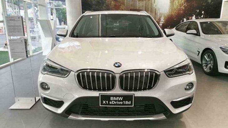 BMW X1 2018 ติดตั้งกระจังหน้าทรงไตคู่อันเป็นเอกลักษณ์ของ BMW พร้อมระบบไฟส่องสว่างสำหรับการขับขี่กลางวันแบบ LED และ สกู๊ปดักอากาศด้างล่างกระจังหน้า